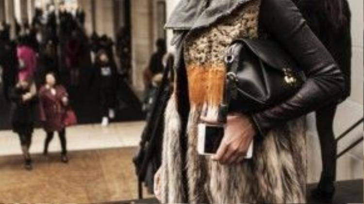 Người mẫu với đôi chân dài 1m12 - Thanh Hằng cực chất trong style áo lông thú, cô chọn áo thun giả da đen dài tay bên trong cùng hoa tai metalic và túi da đen hàng hiệu.