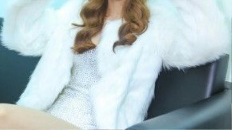 Trong khi cô bạn thân của cô - Hồ Ngọc Hà lại chọn cho mình phong cách white on white cùng chiếc headband có đính sequin.
