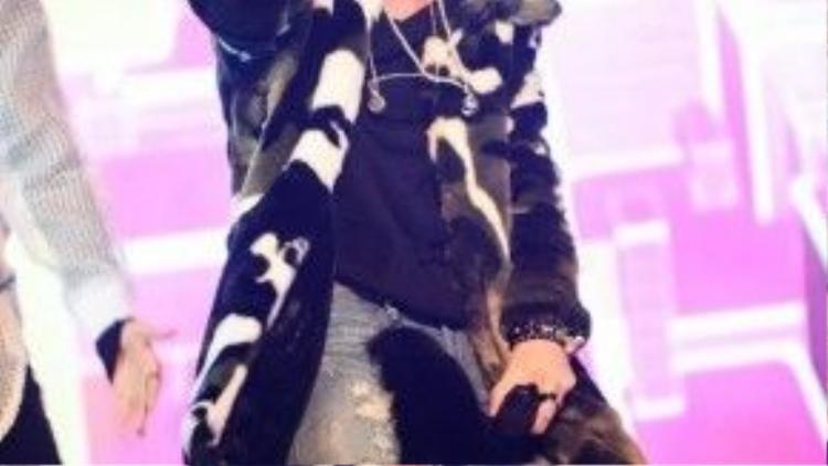 Có vẻ như Sơn Tùng MTP là chàng trai thích diện áo khoác lông thú nhất hiện nay của showbiz Việt…
