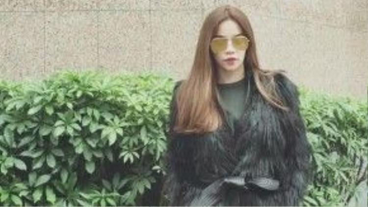 Ngoài những item hàng hiệu đắt tiền, Hà Hồ cũng chọn lựa những món đồ độc khác đến từ các thương hiệu bình dân như chiếc áo cô đang mặc là một sản phẩm của thương hiệu H&M x Balmain có giá hơn 3 triệu đồng, một sự bắt tay đầy ngoạn mục giữa hai thương hiệu đình đám làng thời trang thế giới.