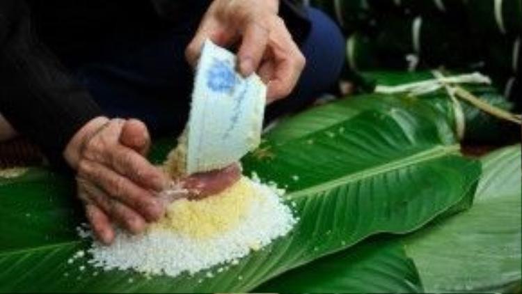 Nguyên liệu làm bánh chưng gồm gạo nếp, đậu xanh, thịt lợn. Tất cả sẽ được gói trong chiếc lá dong to bản, theo khuôn hình vuông.