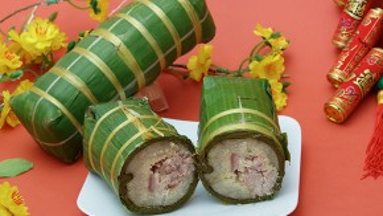 Nguyên liệu và cách làm gần giống như bánh chưng, chỉ khác thay vì lá dong thì bánh tét sử dụng lá chuối. Bánh tét thường được làm ở các tỉnh từ miền Trung đến Nam Bộ.