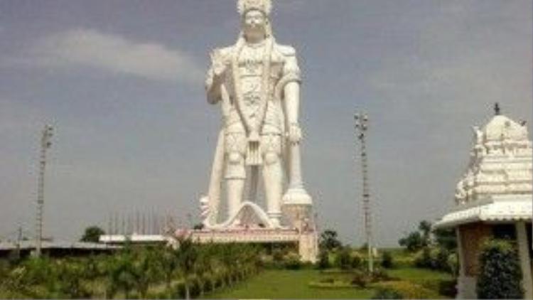 Tượng đài thần khỉ Hanuman ở thị trấn Paritala, bang Andhra Pradesh của Ấn Độ được công nhận là công trình mang hình tượng khỉ lớn nhất thế giới thời điểm hiện tại.