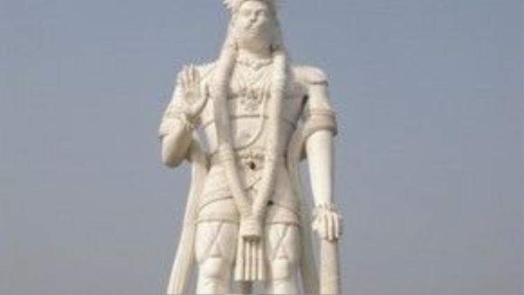 Bức tượng có tên đầy đủ là Veera Abhaya Anjaneya Hanuman Swami, được khánh thành năm 2003.