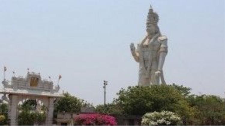 Tượng có chiều cao 42m, thấp hơn 4m so với tượng Nữ thần Tự Do nổi tiếng của Mỹ (khi chưa tính phần chân đế).