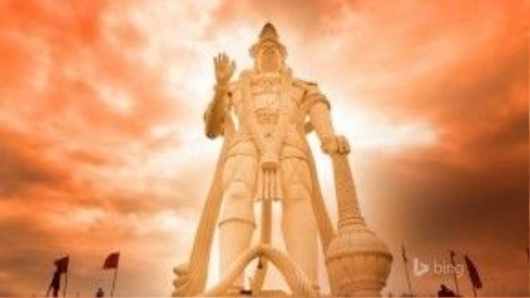 Tượng thể hiện hình ảnh vị thần khỉ Hanuman trong tư thế đứng, một tay cầm quả chùy (gada) - biểu tượng của lòng dũng cảm - chống đất, một tay giơ lên như vẫy chào.