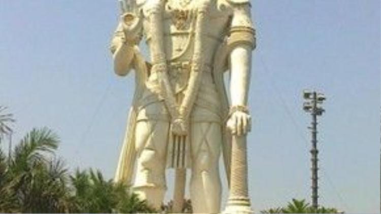 Trong văn hóa Ấn Độ, thần khỉ Hanuman là nhân vật trung tâm trong hai bộ sử thi vĩ đại và lừng danh của Ấn Độ là Ramayana và Mahabharata.