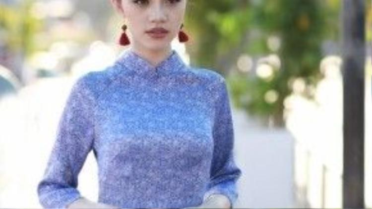 VớI mái tóc thắt bím và búi vòng, kết hợp với đôi bông tai lạ mắt, Jolie Nguyễn - Hoa hậu thế giới người Việt tại Úc mang một vẻ đẹp vừa truyền thống vừa hiện đại và cuốn hút.