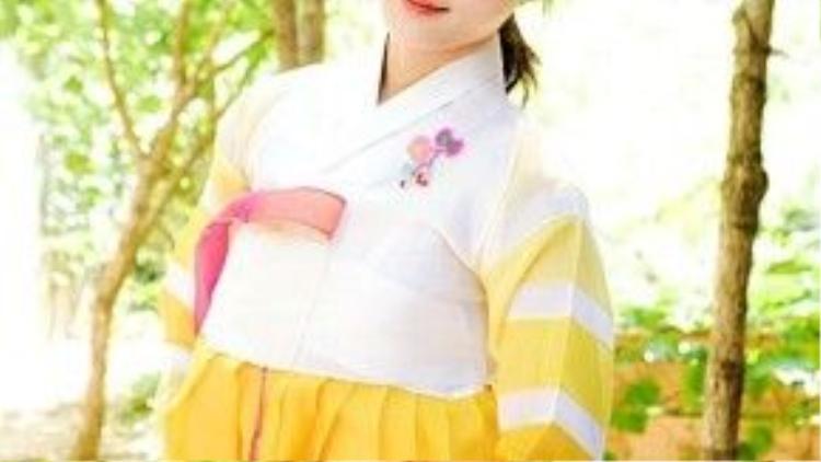 Sao nhí Kim Yoo Jung xinh xắn trong bộ Hanbok màu vàng rực rỡ và tóc cột đuôi gà trẻ trung xinh xắn.