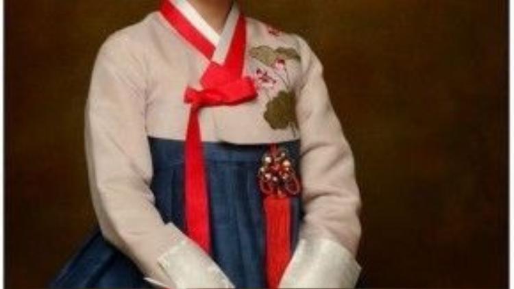 Khi mặc trang phục truyền thống, sao Hàn thường trang điểm nhẹ và vấn tóc đơn giản nhưng phải thật gọn gàng.