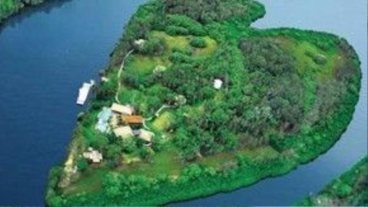 Nằm ngoài khơi bờ biển của Australia, hòn đảo Makepeace có hình dáng trái tim độc đáo là một thiên đường lý tưởng cho những ai muốn dành cho người yêu của mình một mùa Valentine lãng mạn. Hòn đảo này còn có nhiều dịch vụ đa dạng như khu nghỉ dưỡng, spa cao cấp,… Mức giá thuê hòn đảo này khoảng từ 7.900 - 14.990 USD/đêm, tương đương từ 173 triệu đồng - 330 triệu đồng/đêm.