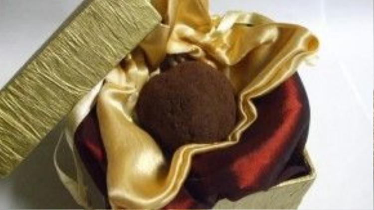 Một viên sô cô la La Madeline au Truffle nặng 5 gram trị gái 250 USD (xấp xỉ 5 triệu rưỡi). Được bọc bởi một lớp lụa, viên chocolate này là tinh hoa của chocolate đen, đường, heavy cream và dầu truffle. Đương nhiên, thành phần của nó không thể thiếu nấm truffle Perigord của Pháp. Lớp ngoài cùng được áo thêm một lớp chocolate và bột cocoa.