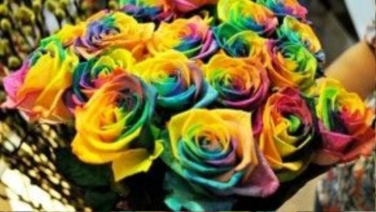 """Hoa hồng 7 màu cũng có giá từ 250.000 đồng. Nếu tặng """"gấu"""" 1 bó khoảng 10 bông cũng ngốn của bạn hơn 2 triệu đồng."""