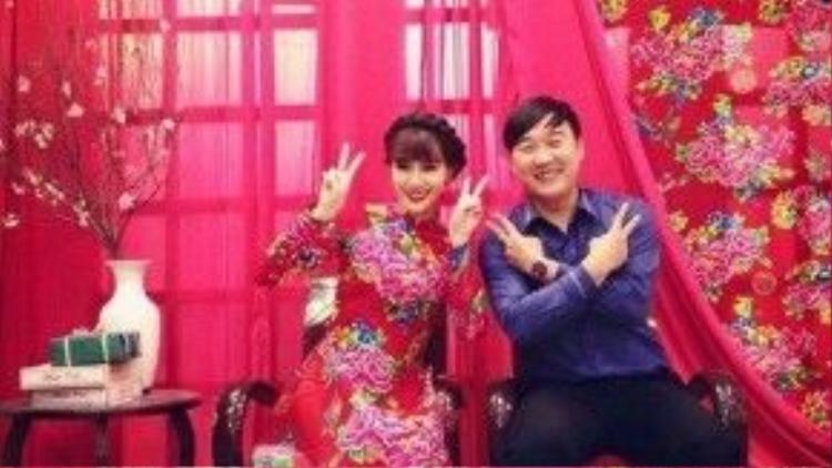 Hà Min mặc áo dài họa tiết nổi bật chụp ảnh cùng chồng.