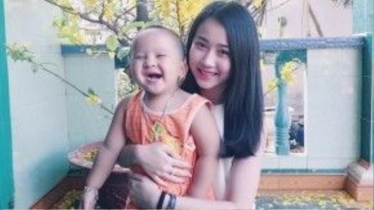 """""""Bạn gái Sơn Tùng"""" - Huỳnh Hồng Loan chụp chung với cháu trai."""