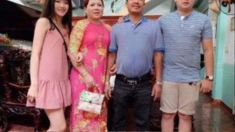 """""""Cô bé trà sữa"""" Kiều Trinh bên bố mẹ và em gái. Cô vừa được dư luận Trung Quốc chú ý vì bộ ảnh chụp bên hoa đào ở Nhật Tân."""