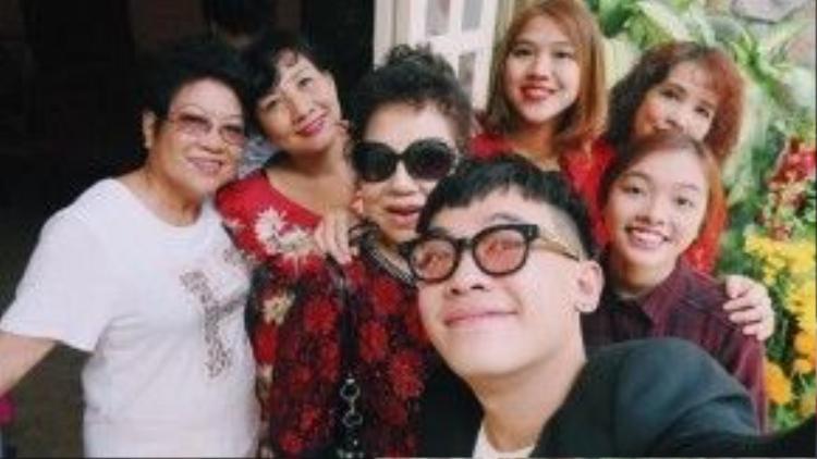 Phở Đặc Biệt chụp ảnh cùng những người phụ nữ trong gia đình vào sáng mùng 1 Tết. Trong năm qua, Phở Đặc Biệt liên tục khuấy động người hâm mộ bằng những clip hài mới và các vai diễn thú vị trong các bộ phim điện ảnh.