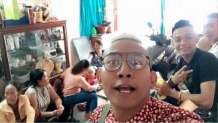 Thái Vũ của nhóm FAP TV sum họp gia đình ngày mùng 1 Tết. Trong năm qua, FAP TV là một trong những nhóm hài thành công nhất trên Youtube, đưa tên tuổi anh cùng các thành viên trong nhóm trở nên nổi tiếng trong giới trẻ.