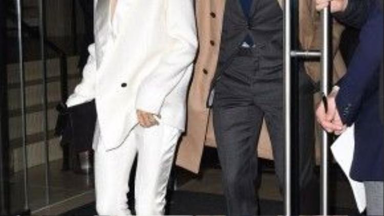 Tối 8/2, vợ chồng Victoria - David Beckham được trông thấy rời khỏi một nhà hàng sau bữa tối ở Soho, New York. Như mọi khi, cặp đôi biểu tượng thời trang nước Anh diện trang phục suit ăn ý.