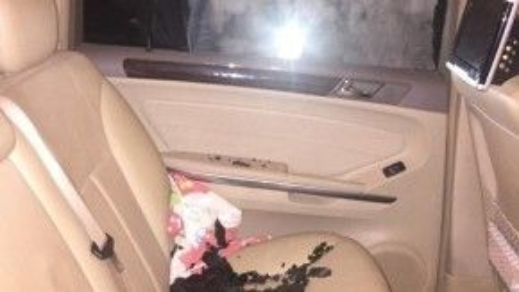 … các mảnh vỡ của cửa kính nằm vương vãi bên trong xe. Ảnh: Cuong Beu/Otofun