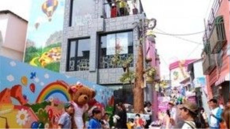 Ngôi làng trẻ thơ luôn đông vui và sống động.