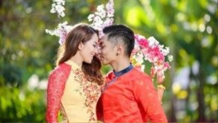 Phan Hiển và Khánh Thi không ngại thể hiện tình cảm cho nhau.
