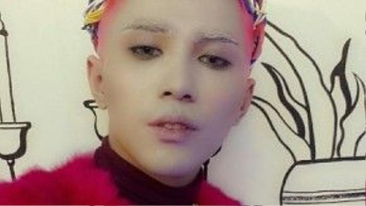 Sự nổi loạn của Will bên cạnhvương miện bằng dây điệnvàtrang phục cực chất, nó còn nằm ở mái tóc đỏ nổi bần bật cùng lối trang điểm lạ mắt trước giờ lên sàn diễn.