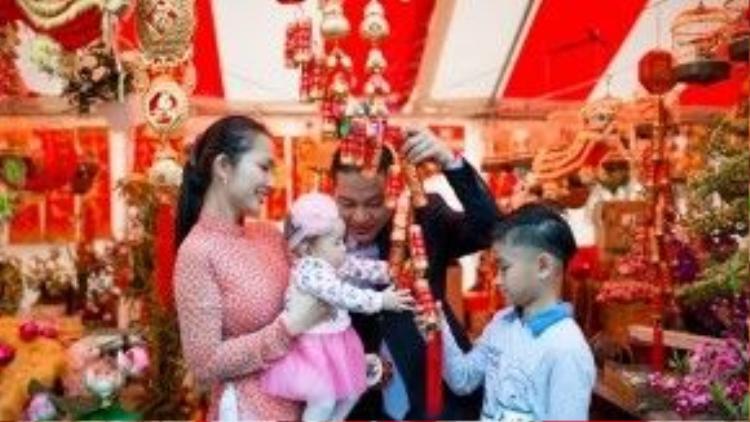 Kim Hiền và chồng cùng hai bé Sonic và Yvona xuống phố du Xuân đón Tết tại đất Mỹ.