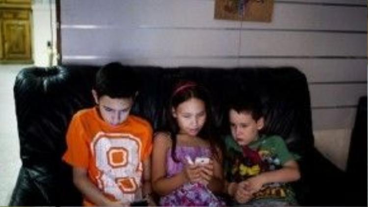 Eli ngồi chơi với anh trai, Jaime (12 tuổi) cùng em trai Nacho (8 tuổi).
