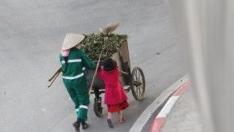 Bé gái lon ton bên cạnh phụ giúp mẹ mình.