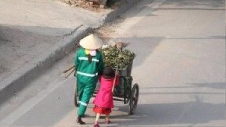 Cô bé đã khiến nhiều người xúc động với cảnh đẩy cái xe rác cao gấp đôi thân hình của mình.