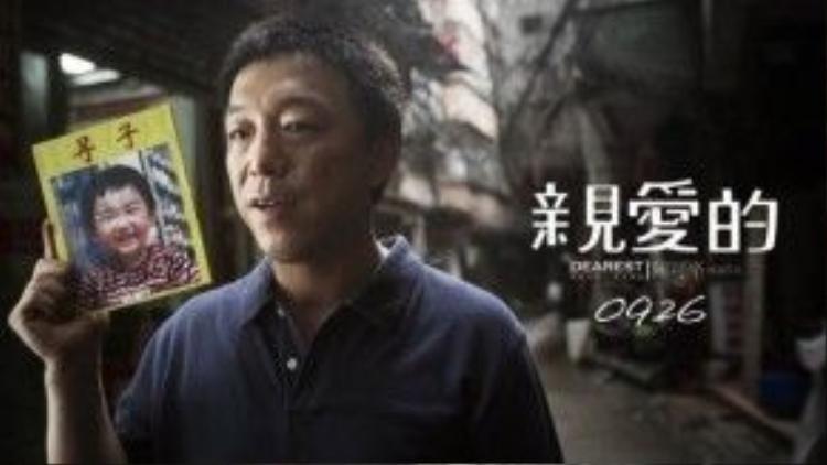 """Ông bố Điền Văn Quân đã phát đi hàng nghìn tờ rơi """"Nếu đã mua con tôi, xin đừng cho cháu ăn đào, vì cháu bị dị ứng với quả này""""."""