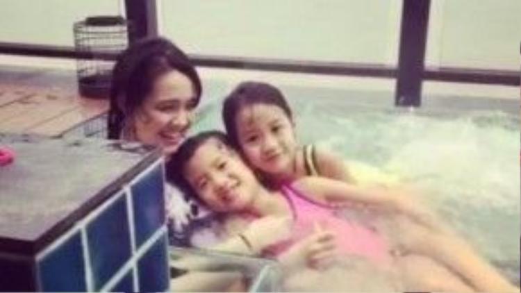 3 con gái của Lệ Đề vui vẻ tại resort.
