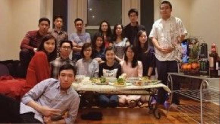 Các bạn du học sinh Việt tại thành phố Reading quây quần bên nhau đón Giao thừa.