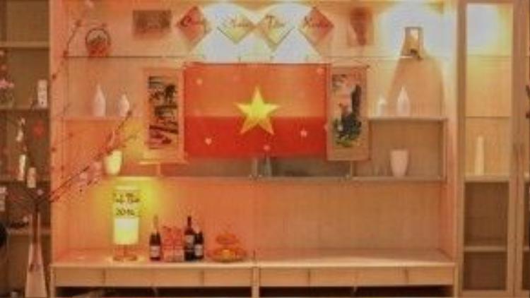 Ngôi nhà thuê được các bạn trang trí đậm chất Tết truyền thống quê hương với tâm điểm là lá cờ Tổ quốc.