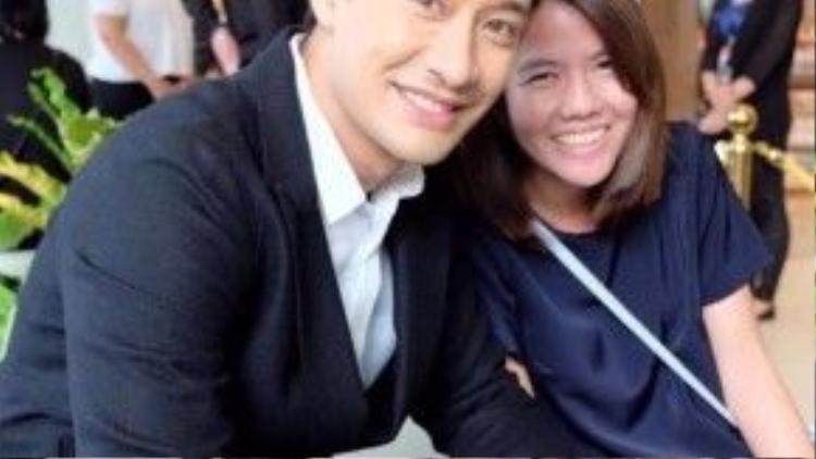 Pong Nawat thân thiện chụp ảnh cùng fan.