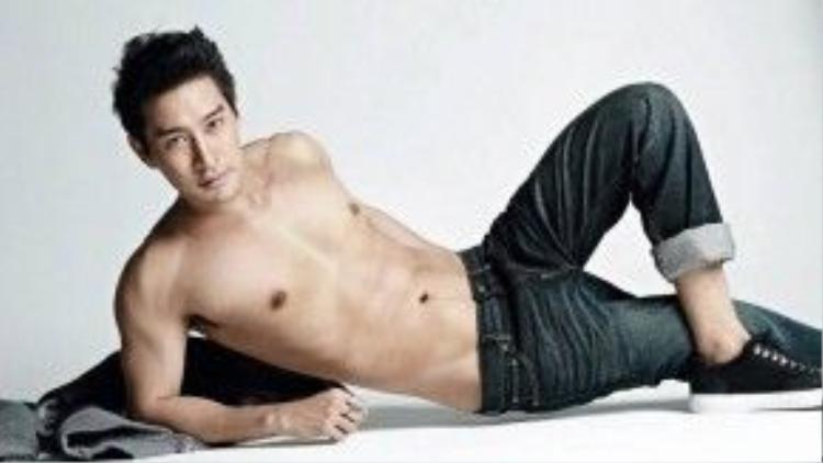 """Sở hữu hai dòng máu Thái - Trung, Pong Nawat có vẻ ngoài điển trai và cực kỳ nam tính. Chàng """"Hoàng tử lai"""" luôn lọt vào Top Những nam diễn viên đẹp nhất Thái Lan."""