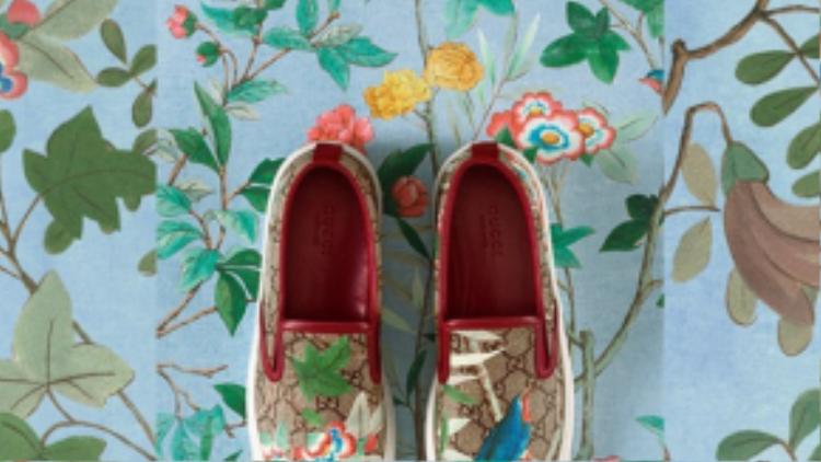 Đúng với chủ đề mùa xuân, những họa tiết của Gucci tràn ngập sắc hoa và chim thú muôn loài.