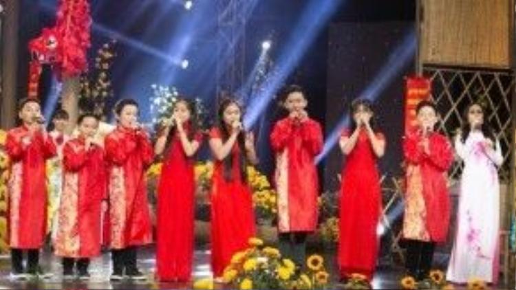 Nữ ca sĩ còn hòa giọng cùng những học trò nhí của mình qua ca khúc Tết đoàn viên sáng tác Minh Vy. Cả cô và trò đã mang đến không khí sôi động và tưng bừng cho chương trình.