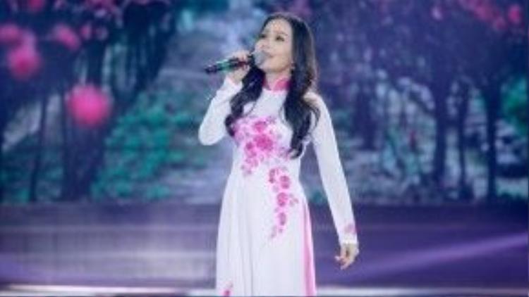 Cẩm Ly khoe chất giọng ngọt ngào của mình qua ca khúc Tâm sự nàng xuân.