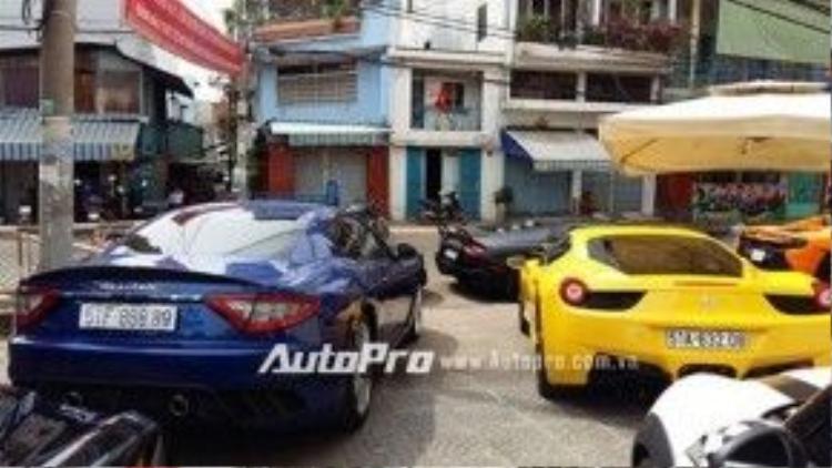 """Bộ đôi Ferrari 458 Italia vàng và Maserati Granturismo MC Stradale khoe dáng cùng nhau. Chiếc Maserati Granturismo MC Stradale trong bộ áo xanh dương nổi bật với biển kiểm soát """"tứ quý 8"""". Đây cùng là chiếc Granturismo MC Stradale đầu tiên được phân phối chính hãng."""