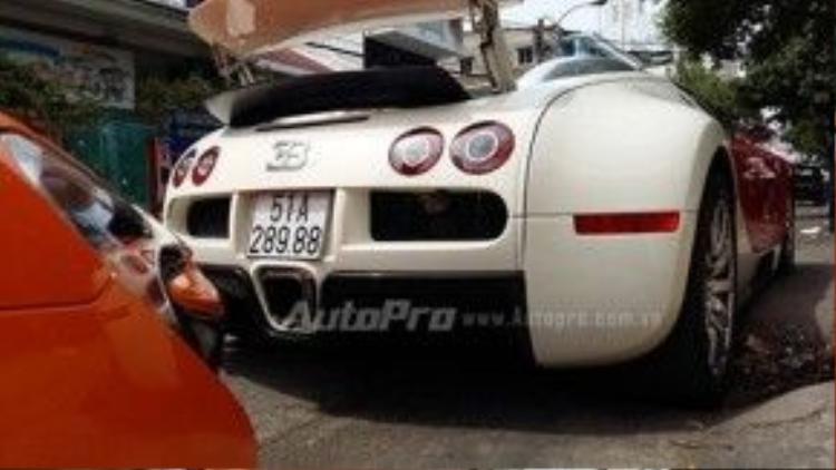 """Có thể nói, với Bugatti Veyron, đại gia Minh """"Nhựa"""" đã khiến giới chơi xe càng thêm nể phục về độ chịu chơi của anh. Trước đó, giới nhập xe đều khẳng định rất khó để đưa """"ông hoàng tốc độ"""" với mức giá """"khủng"""" cùng các khoản chi phí """"nuôi"""" thuộc diện đắt đỏ nhất thế giới về Việt Nam."""