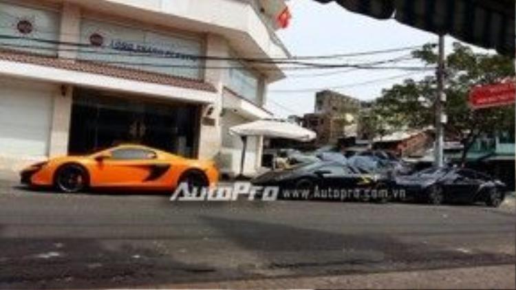 Ngoài sự tái xuất của Bugatti Veyron, trong đoàn siêu xe còn có 3 cái tên quen thuộc là McLaren 650S Spider màu cam, Lamborghini Murcielago LP670-4 SV và BMW i8 chốt đoàn. Tổng giá trị cho 3 siêu xe này vào khoảng 45 tỷ đồng.