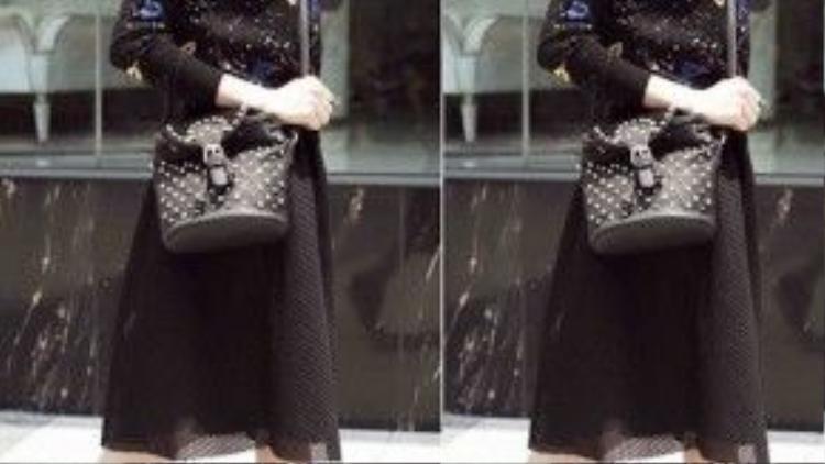 Trong khi bạn gái yêu thích vẻ đẹp năng động và cá tính thì có thể mặc chân váy đen mix ăn nhập với áo họa tiết đôi môi. Phụ kiện túi và giày đồng điệu càng thể hiện gu thẩm mỹ cao trong từng chi tiết nhỏ.