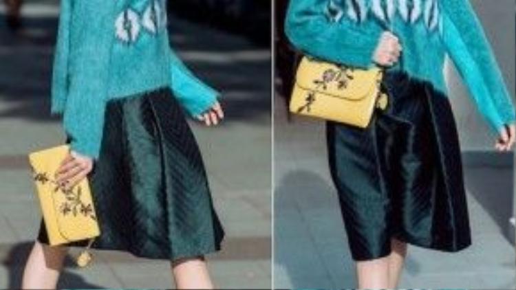 Áo len dáng suông màu xanh và chân váy xòe, xăng đan kiểu cách là set đồ đáng học hỏi cho các bạn gái miền Bắc.