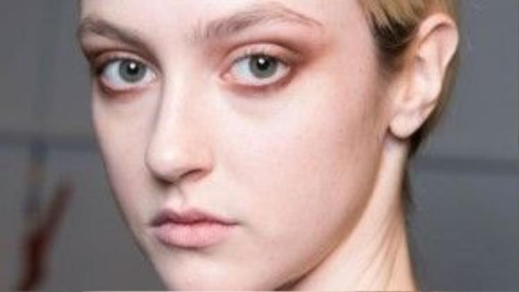 Trong khi đó, hãng thời trang YIGAL AZROUEL lại theo đuổi phong cách trang điểm tự nhiên, nhấn ở đôi mắt khói màu nâu đất nhẹ nhàng.