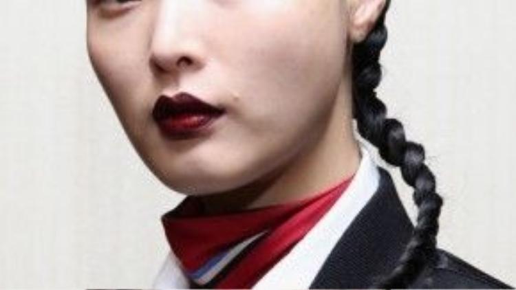 Đôi môi đỏ bầm cùng lớp nền trong suốt và phần chân mày nhợt nhạt, kết hợp cùng kiểu tóc tết đuôi sam là những gì mà Creation Of the Wind đem đến New York Fashion Week 2016.