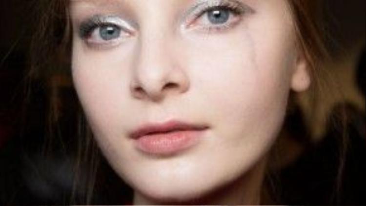 Mắt nhũ ánh bác và son nude đem đến một ánh nhìn đầy kiêu kỳ cho những cô nàng của hãng Giulietta.