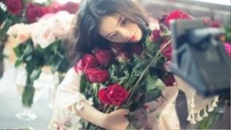 Cô chia sẻ ảnh bên hoa hồng.