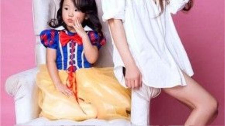 Qin Ling chụp ảnh cùng cháu gái.